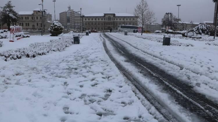 <p>Sabaha kadar Uludağ'da kar yağışı etkili olurken, karayolları ekipleri de yol açma çalışmalarını sürdürdü. Jandarma Komutanlığı ekipleri de zincirsiz araçların Uludağ'a çıkışına izin vermiyor.</p>