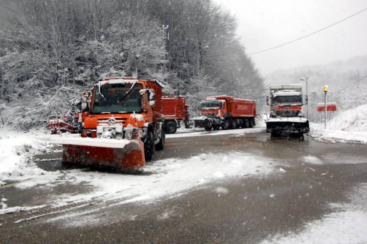 <p>Bolu'da, D-100 Karayolu ve TEM Otoyolu Bolu Dağı kesiminde gece saatlerinde başlayan kar yağışı şiddetini artırarak devam ediyor.</p>