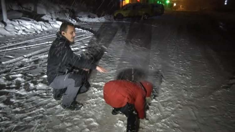 <p>Tatilcilerin dışarda park ettikleri araçlar kar altında kalırken, kayak pistlerinin de kısa sürede açılmasının beklendiği öğrenildi.</p>  <p>Öte yandan 3 günlük yağmur yağışı Bursa'yı da sevindirdi.</p>