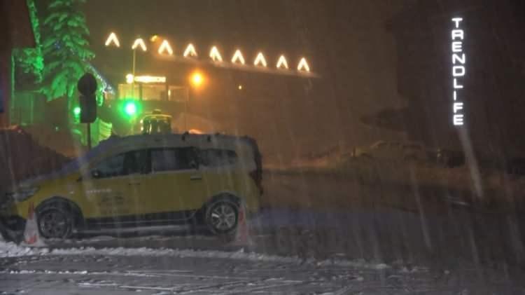 <p>Meteoroloji Müdürlüğü'nden edinilen bilgiye göre, Oteller Bölgesi'ndeki kar kalınlığı gece etkili olan yağışın ardından yarım metreyi aştı.</p>  <p>Hava sıcaklığının gece eksi 16'ya kadar düştüğü Uludağ'da kar yağışı tatilcileri ve turizmcileri sevindirdi.</p>