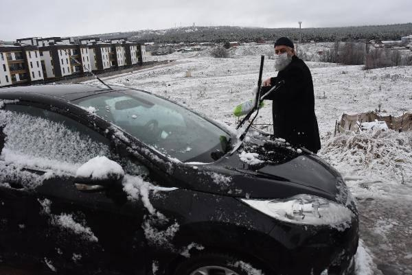 <p>Hava sıcaklığının 2 dereceye kadar düştüğü Eskişehir'de mevsimin ilk kar yağışı gerçekleşti.</p>