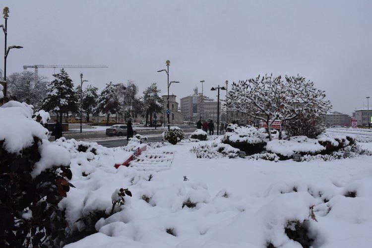 <p>Sivas'ta aylardır beklenen kar yağışı dün akşam saatlerinde etkisini gösterdi. Yoğun bir şekilde yağan kar kısa sürede kenti beyaza bürüdü. Yoğun kar yağışı nedeniyle ulaşımda aksamalar yaşanırken bir yandan da belediye ekipleri çalışmalarına başladı.</p>