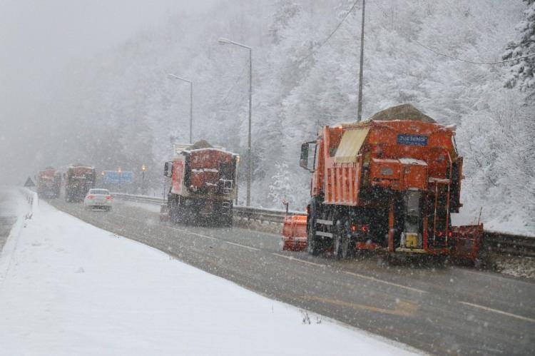 <p>İstabul'un Anadolu'ya açılan kapısı olarak bilinen Bolu Dağı'nda sürücülerin herhangi bir olumsuzluk yaşamaması için karayolları ekipleri seferber oldu. Ekiple özellikle dik rampaların olduğu D-100 Karayolu Bolu Dağı kesiminde aralıksız olarak kar küreme ver tuzlama çalışmalarını sürdürüyor.</p>