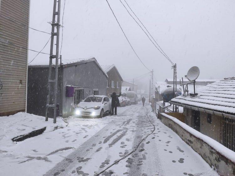 <p>Meteoroloji Genel Müdürlüğü tarafından yapılan değerlendirmede İstanbul'da öğle saatlerinden itibaren kar yağışının başlayacağı açıklanmıştı.</p>