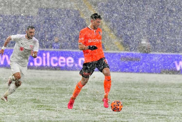 <p>Süper Lig'in 19. haftasında Medipol Başakşehir, sahasında DG Sivasspor ile karşılaştı. Mücadale yoğun kar yağışı altında oynandı.</p>