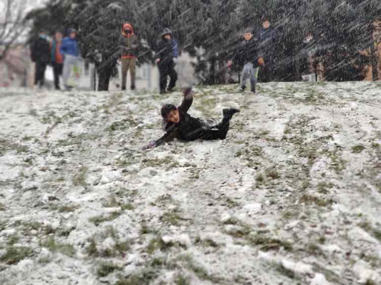 <p>Öğle saatlerinde başlayan kar yağışı kentin birçok noktasında etkili oldu. Sokağa çıkma kısıtlamasını rağmen kimi vatandaşlar unuttu. Kar manzarası kartpostallık görüntüler oluşturdu.</p>