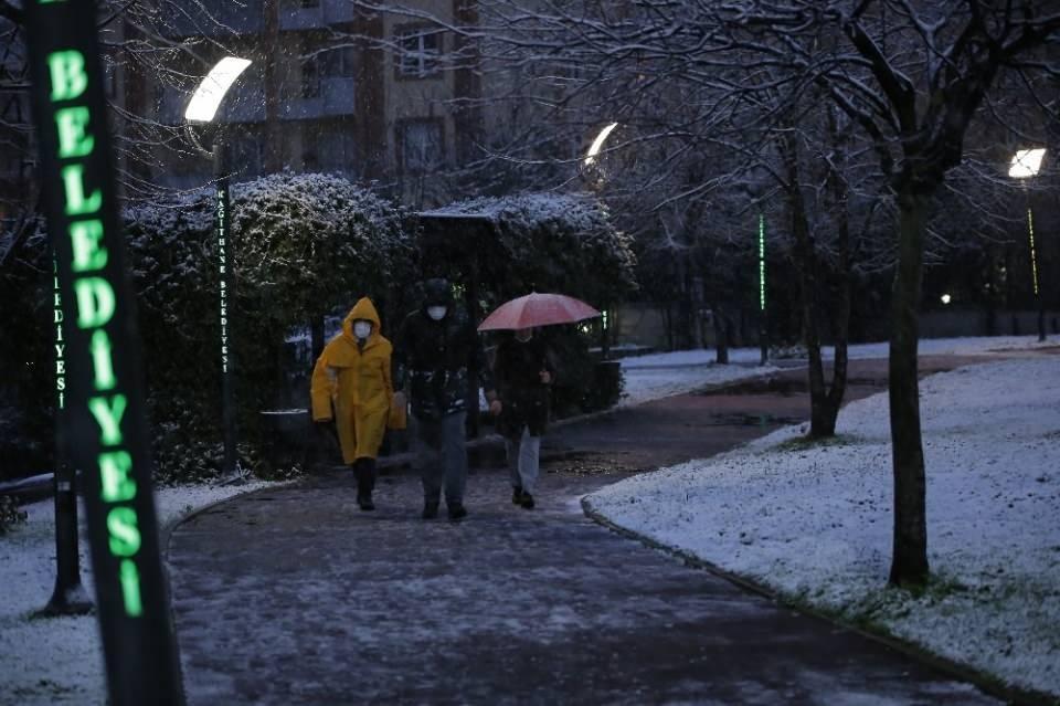<p>İstanbullular güne kar yağışı ile başladı. Kağıthane'de beyaz örtü drone ile havadan görüntülendi.<br /> İstanbul'da beklenen kar yağışı sabaha karşı başladı. İşlerine gitmek üzere sabah evlerinden çıkan İstanbullular kar yağışı ile karşılaştı. Bazı vatandaşlar ise kar altında parkta yürüyüş yaptı.</p>