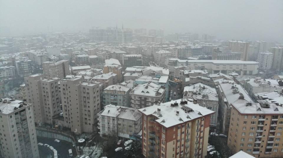 <p>KAĞITHANE</p>  <p>İstanbullular güne kar yağışı ile başladı. Kağıthane'de beyaz örtü drone ile havadan görüntülendi.<br /> </p>
