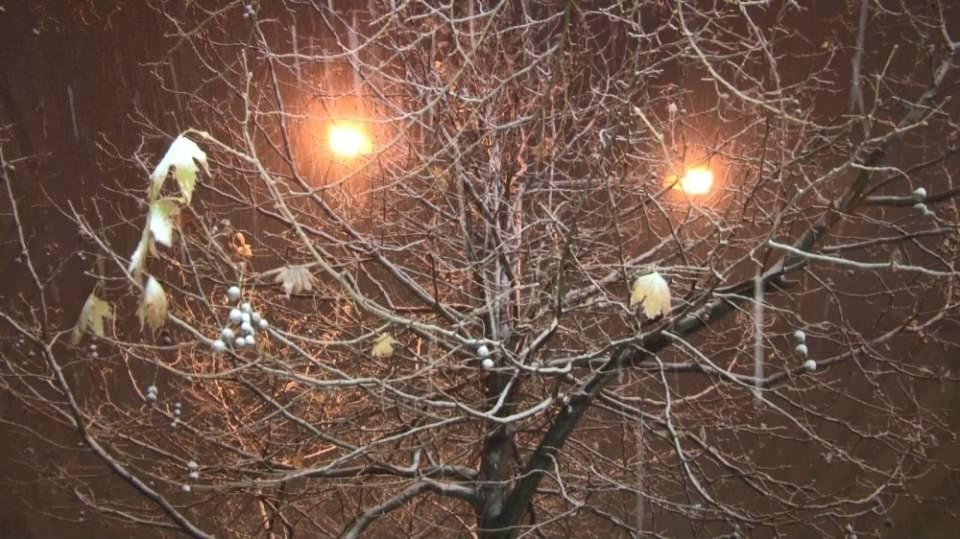 <p>BEYLİKDÜZÜ</p>  <p>İstanbul Avrupa Yakası'nda gece saatlerinde başlayan kar yağışı etkisini gösterdi. Beylikdüzü'nde caddeler ve sokaklar adeta beyaza büründü.<br /> </p>