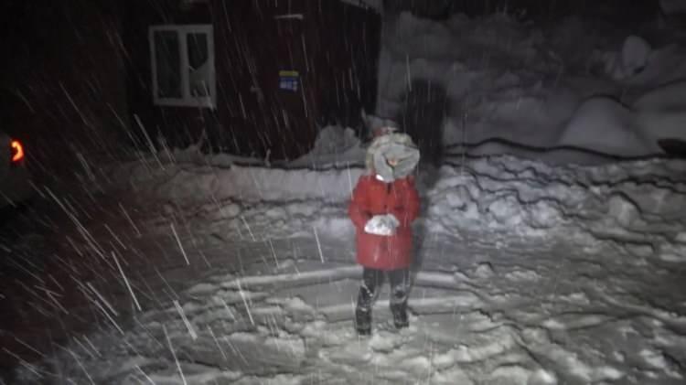 <p>ULUDAĞ</p>  <p></p>  <p>Kış turizminin gözde merkezlerinden Uludağ'da gece boyu etkili olan kar yağışı sonrası kar kalınlığı yarım metreyi aştı. 3 günlük yağmur yağışının Bursa'daki barajlardaki su rezervini 15 gün artırdı.</p>