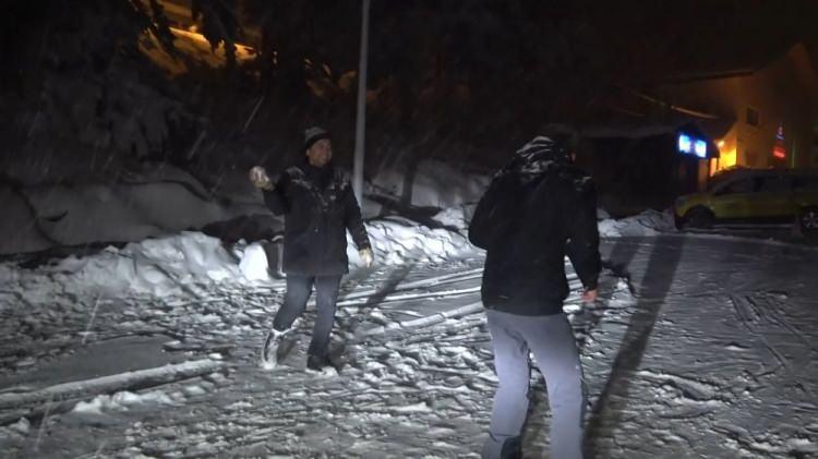 <p>Kaldırımlarda ve yollarda bulunan karlar temizlenerek tuzlama işlemi yapıldı. Sabah saatlerinde ise gözlerini bembeyaz bir güne açan Sivas halkı kendilerini dışarı attı</p>