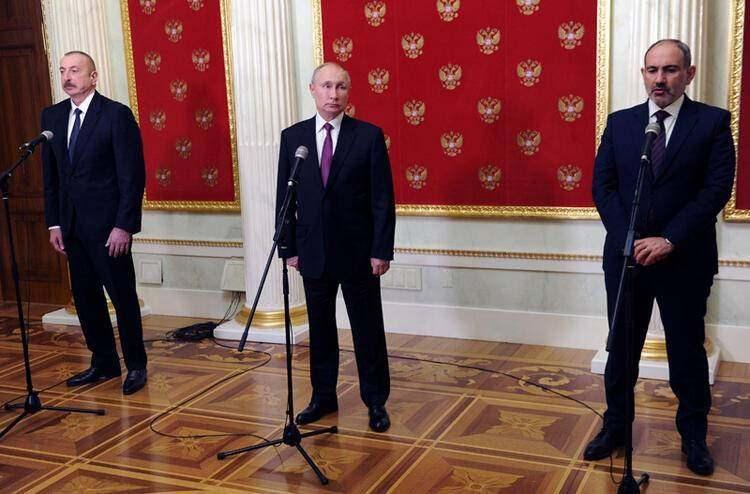 """<p>Bildiriyi açıklayan Rusya lideri Putin, """"Bugünkü toplantıyı özellikle önemli ve faydalı buluyorum, çünkü bölgedeki durumun gelişmesi için konuşup ortak bir anlaşma imzalayabildik"""" ifadesini kullandı.</p>"""