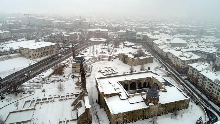 <p>SİVAS</p>  <p></p>  <p>Sivas'ta dün akşam saatlerinde etkisini gösteren kar yağışı kenti beyaza bürüdü. Tarihi kent meydanında kartpostallık görüntüler oluştu.</p>