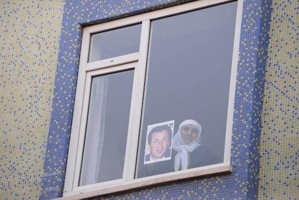 <p>OKKAN'IN FOTOĞRAFIYLA CAMA ÇIKTI</p>  <p>Bazı vatandaşlar kısıtlamaya rağmen anıta gelerek dua ederken, çocuklar da karanfil bıraktı. Yaşlı bir kadın da evinin penceresinde Ali Gaffar Okkan'ın fotoğrafıyla cama çıkarak şehit emniyet müdürünü andı.</p>