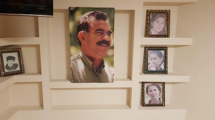 """<p>Soruşturma kapsamında HDP Esenyurt İlçe Başkanı Ercan S. ve Dilan K, """"terör örgütü propagandası yapmak"""" suçundan emniyette ifade verdi. Şüpheliler, ifadelerinin ardından savcılık talimatıyla tutuksuz yargılanmak üzere serbest bırakılırken, yapılan incelmelerde elektriğin de kaçak olarak kullanıldığı belirlendi.</p>"""