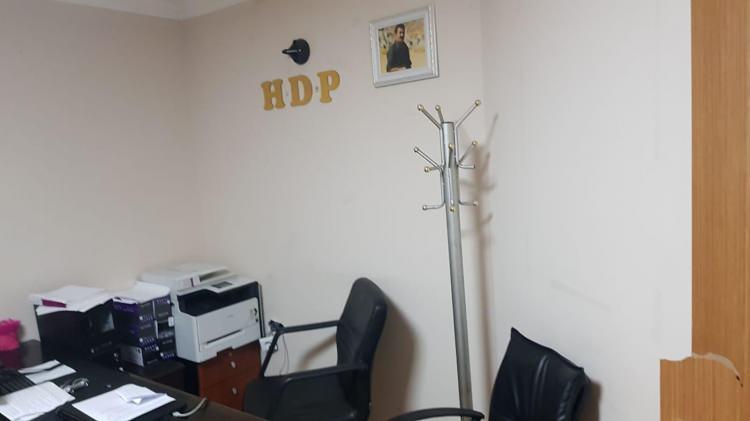 <p>Polis ekipleri, Büyükçekmece Cumhuriyet Başsavcılığından alınan arama kararı sonrası HDP ilçe binasına girdi. Binada aramaların sürdüğü, konuya ilişkin gözaltı olabileceği bildirildi.</p>