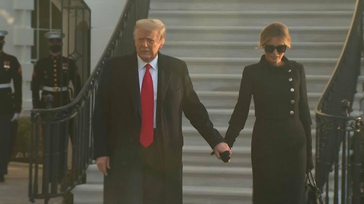 <p>ABD'de 4 yıllık Donald Trump dönemi resmen bitti.Trump, başkanlık koltuğuna, Beyaz Saray'ın bahçesinden havalanan helikoptere binerek veda etti. Dünyanın gözü ABD'deki tarihi devir teslim törenine çevrildi.Joe Biden'ın yemin töreni, Kovid-19 salgını ve güvenlik kaygılarının gölgesi altında gerçekleşiyor.Biden yemin etmeye hazırlanırken tarihin en tartışmalı ABD başkanı olarak tarihe geçen Donald Trump kendisini bekleyen helikoptere binerek Beyaz Saray'dan son kez ayrıldı. Trump ve eşi Meleniabaşkanlık koltuğuna, Beyaz Saray'ın bahçesinden havalanan helikoptere binerek veda etti. Trump helikopterleBeyaz Saray'dan ayrılarak, küçük veda töreninin gerçekleşeceği Maryland eyaletindeki Andrews Üssü'ne havalandı.   </p>                        <div class=