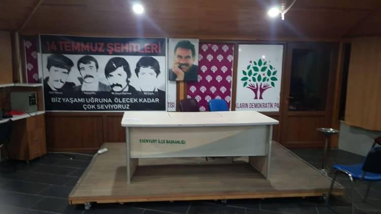 <p>İstanbul'un Esenyurt ilçesi HDP binasında dezenfekte çalışmaları yapan Belediye ekipleri çektikleri fotoğraflarla adeta PKK'nın hücre evini andıran o görüntüleri ortaya çıkardı. HDP Esenyurt İlçe binasında çok sayıda teröristbaşı Abdullah Öcalan'ın posterleri görüntülendi.</p>