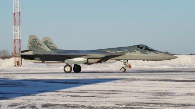<p>Rusya'nın Habarovsk şehri yönetiminden yapılan açıklamada, şehirde bulunan Komsomolsk-na-Amure Uçak Tesisi'nde üretilen ilk seri Su-57'nin Rus ordusuna teslim edildiği belirtildi.</p>