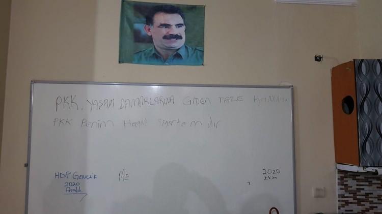 """<p>HDP Esenyurt İlçe başkanlığında bölücü terör örgütü elebaşı Abdullah Öcalan'ın posterlerinin duvarlarda olduğunun tespiti üzerine başlatılan soruşturmada ilçe binasına dün gece operasyon düzenlenmişti.</p> <p>""""><img src="""