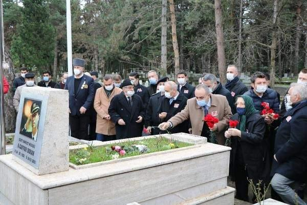 <p>Diyarbakır Emniyet Müdürü görevindeyken uğradığı saldırı sonucu şehit düşen Emniyet Müdürü Ali Gaffar Okkan, Sakarya'nın Hendek ilçesinde bulunan mezarı başında anıldı.</p>