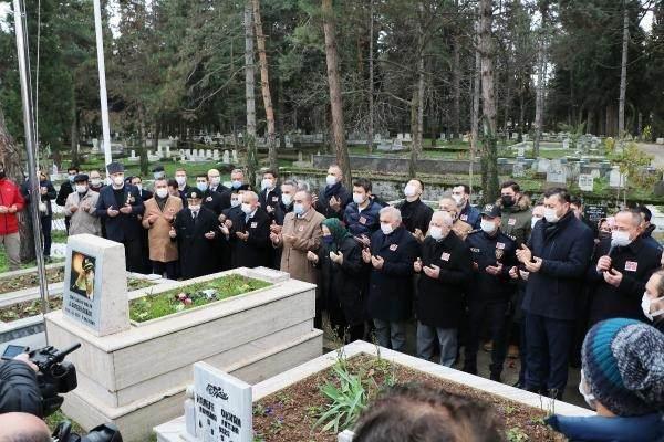 <p>Şehit Emniyet Müdürü Ali Gaffar Okkan'ın mezarı başında edilen dua sonrası mezarlığına çiçek bırakıldı.</p>