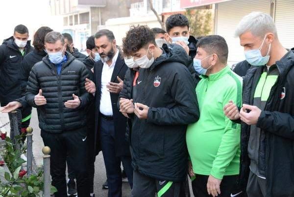"""<p>'BU ŞEHİR ONU UNUTMADI'</p>  <p></p>  <p>Emniyet Müdürü Ali Gaffar Okkan şehit edilmeden önce o dönem Diyarbakırspor'un takım kaptanı olarak görev yapan ve şimdi Diyarbekirspor teknik direktörü olan Şenol Demir, """"Ali Gaffar Okkan o dönem 'ben sapına kadar Diyarbakırlıyım' diyordu. Okkan'ın bu şehir için ne kadar önemli olduğunun bilinmesi gerekiyor. Çok üzgünüz. Rahmetli müdürümle 3 yıl beraber olma şerefine nail olan biriyim.</p>"""