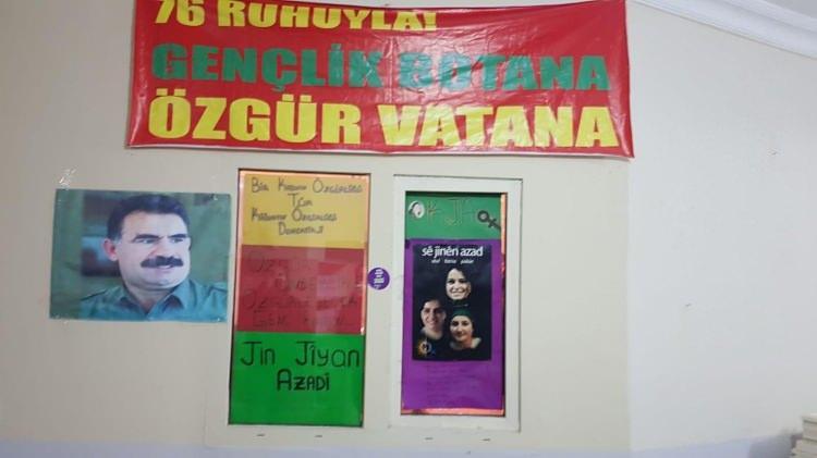 <p>HDP Esenyurt ilçe binasında bölücü terör örgütünün elebaşı Abdullah Öcalan'ın posterlerine yönelik başlatılan operasyonda ilçe binasının elektriğinin de kaçak olduğu belirlendi. Soruşturma kapsamında Esenyurt ilçe eş başkanları Ercan S. ve Dilan K.'nin de ifadeleri alındı.</p>