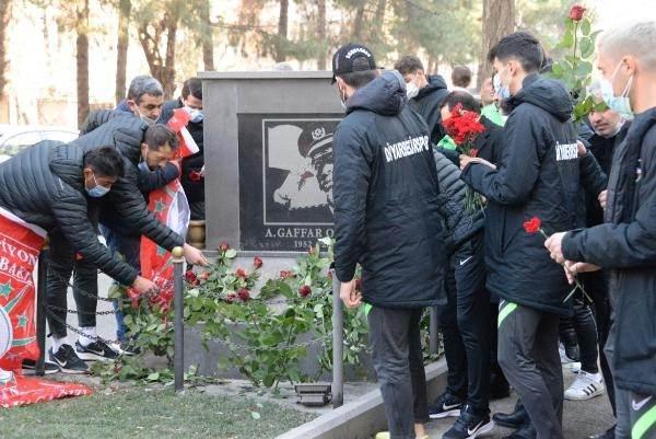 <p>Diyarbakır Emniyet Müdürü Ali Gaffar Okkan ile 5 silah arkadaşı, şehit edilmelerinin 20'nci yıl dönümünde Diyarbekirsporlu futbolcular tarafından anıldı.</p>