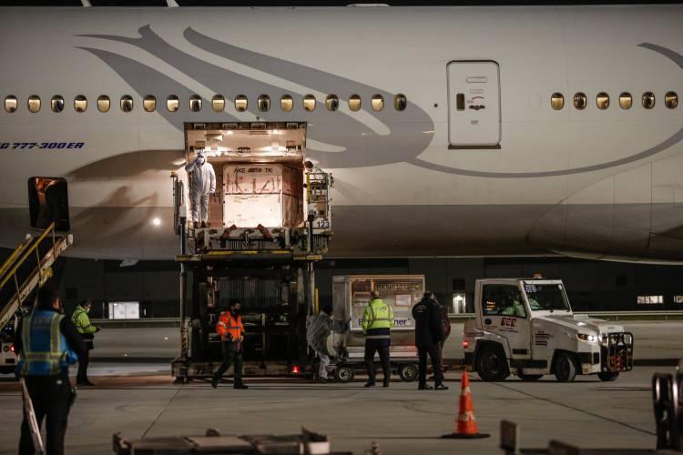 """<p>Koronavirüs aşılarını taşıyan Türk Hava Yolları'na ait TK 6175 sefer sayılı """"Boeing 777"""" tipi uçak saat 06.15'te İstanbul Havalimanı'na indi.</p>"""