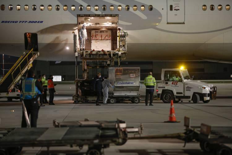 <p>Çin'den 6,5 milyon doz aşıyı taşıyan uçak İstanbul Havalimanı'na indi.</p>  <p></p>