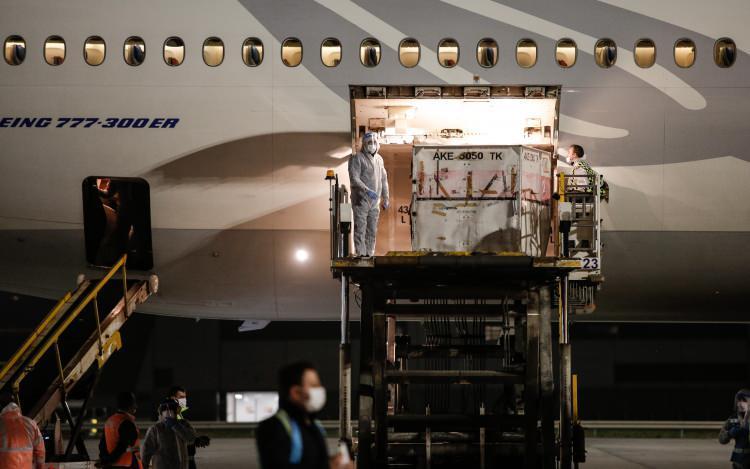 <p>Çin'in başkenti Pekin'den hareket eden uçağın İstanbul'a inişiyle aşıların bulunduğu konteynerler, gümrük işlemlerinin ardından uçaktan alınarak depolara taşınmaya başlandı.</p>