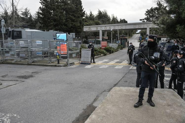 <p>Üniversite çevresinde sabah erken saatlerden itibaren polis geniş güvenlik önlemi aldı.</p>