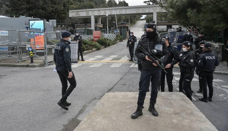 <p>Bunun üzerine<br /> İstanbul Valiliği, konronavirüs önlemleri kapsamında alınan kararla, toplanmalara izin verilmeyeceğini duyurdu.</p>