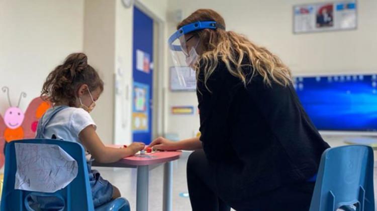 """<p>Ana sınıfındaki öğrencilere el yıkama sırasında yardım edilecek, lavaboların yakınına el yıkama adımlarını açıklayan posterler yerleştirilecek.<br /> <br /> Okullara salgın döneminde mümkünse ziyaretçi kabul edilmeyecek""""<br /> <br /> Çalışanların kullandığı kişisel koruyucu ekipmanlar evsel atığa atılacak.<br /> <br /> Okullarda Covid-19 şüpheli kişi bulunduğunda bunlara ait atıklar, çift poşetlenerek evsel atıklara konulacak.<br /> <br /> Sık dokunulan kapı kolları, merdiven korkulukları, elektrik düğmeleri gibi yüzeylerin temizliği ve dezenfeksiyonu sık sık yapılacak.</p>"""