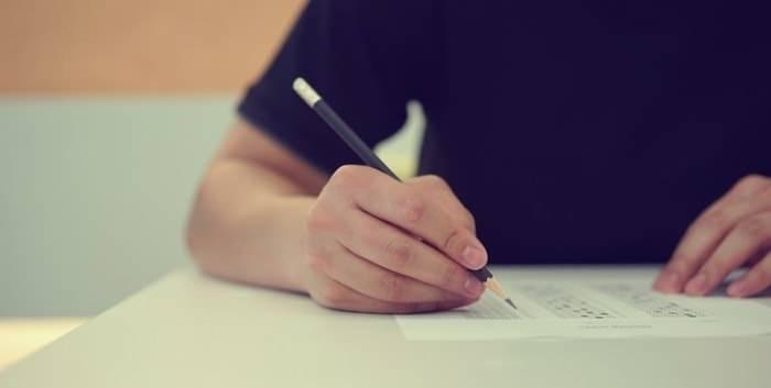 """<p><span style=""""color:#FF8C00""""><strong>VELİLERE İMZATILACAK</strong></span><br /> <br /> Okulların açılmasıyla velilere """"Bilgilendirme Formu ve Taahhütname""""si imzalatılacak.<br /> <br /> Bir nüshası velilere verilecek bilgi formunda ateş, öksürük, burun akıntısı, solunum sıkıntısı, ishal şikayetlerinden herhangi birinin görüldüğü öğrenciler hakkında okul idaresine bilgi verilmesi istenecek, ayrıca öğrenci için doktor muayenesi önerilecek.</p>"""