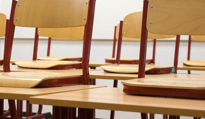<p>Okullardaki tüm kapalı alanlarda mümkünse 4 metrekareye bir kişi düşecek şekilde personel ve öğrenci planlaması yapılacak, içeriye alınması gereken kişi sayısı buna göre düzenlenecek.<br /> <br /> Şartların uygun olması halinde sınıflarda en fazla 15 öğrencinin bulunması sağlanacak. Sınıf, çalışma salonları, yemekhane, kantin gibi toplu kullanım alanları, sosyal mesafenin korunması amacıyla kişiler arasında en az 1 metre olacak şekilde düzenlenecek.<br /> <br /> Covid-19 kapsamında alınacak önlemler okulun varsa internet adresinden yayımlanacak, eğitim ve öğretim başlamadan önce veliler e-Okul, e-Posta ve SMS aracılığıyla bilgilendirilecek.</p>
