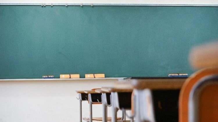 """<p><strong>SORUMLULUK SINAVLARININ PLANLAMASI</strong><br /> <br /> Sorumluluk sınavları da 1-31 Mart döneminde tamamlanacak şekilde eğitim kurumu müdürlüklerince planlanacak.<br /> <br /> İller arası hareketliliğin azaltılması amacıyla yüz yüze eğitim kapsamına alınmayan sınıflar düzeyindeki öğrenciler, istemeleri hâlinde, KKTC dâhil bulundukları yerleşim yerlerinde öğrenim gördükleri okul ile aynı okul türündeki eğitim kurumlarında, aynı okul türü bulunmaması hâlinde aynı programı uygulayan resmi ve özel okullarda sınavlara girebilecek. Mesleki ve teknik ortaöğretim kurumları ile güzel sanatlar ve<a href=""""https://spor.haber7.com/"""" target=""""_blank"""">spor</a>liselerinde ise öğrenciler, bulundukları yerleşim yerlerine yakın il ve ilçelerde, kayıtlı olduğu okulla aynı okul/program türü/alan/dalı bulunması şartıyla sınavlara girebilecekler.<br /> <br /> Bu kapsamda okulların gerekli hazırlık ve planlamaları yapabilmesi için öğrenci velileri, 26 Şubat Cuma gününe kadar sınava girilecek dersleri de belirterek bu konudaki taleplerini ikametlerinin bulunduğu ildeki ilgili okul müdürlüğüne bir dilekçeyle bildirecek, öğrencilerin öğrenim gördüğü okul müdürlüğünü de bu konuda bilgilendirecek.</p>  <p><strong>LİSELERDE İKİNCİ DÖNEM YAPILACAK SINAVLARIN PLANLAMASI</strong><br /> <br /> 2020-2021 eğitim öğretim yılının ikinci dönemine ilişkin puanlar, haftalık ders saati sayısına bakılmaksızın, öğrencinin her dersten sınav puanı, performans çalışması puanı ve derse katılıma ilişkin performans puanı ile öğrenciye dersi ve konusu birinci dönem belirlenip verilen ve öğrencinin ikinci dönem ders öğretmenine teslim etmesi gereken proje ödevi puanıyla belirlenecek.</p>  <p>2020-2021 eğitim öğretim yılının ikinci dönemine ilişkin yapılacak birinci sınavlar, 16 Nisan 2021 tarihine kadar tamamlanacak şekilde planlanacak ve eğitim kurumu müdürlüklerince sınavların yüz yüze uygulanması sağlanacak.<br /> <br /> Kendisinde veya birlikte kaldığı aile bireylerinden herhangi birinde kronik hastal"""