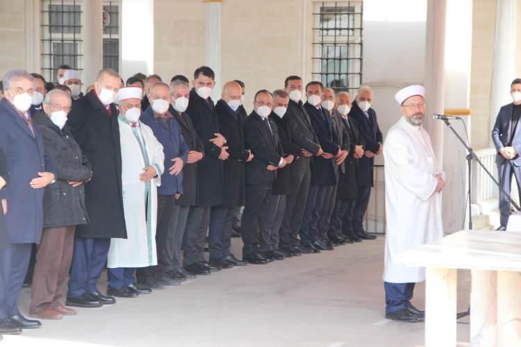 """<p>Cenaze namazının kılınmasının ardından konuşan Cumhurbaşkanı Erdoğan, Elazığ'a son gelişinde Nazırlı'yı tedavi gördüğü hastanede ziyaret ettiğini söyledi. Erdoğan, şöyle konuştu:</p>  <p>""""Aziz Müslümanlar, şu anda musallada çok değerli hocamızı Hakk'a uğurlamak üzere biz de huzurlarınızda bulunuyoruz.</p>"""
