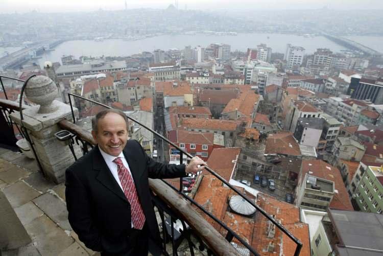 <p>Aynı yıllarda birlikte devam ettiği üniversitelerden; 1972 yılında Marmara Üniversitesi İlahiyat Fakültesi'nden 1974 yılında da Mimar Sinan Üniversitesi Mimarlık Fakültesi, Mimarlık Bölümü'nden mezun oldu.</p>  <p></p>