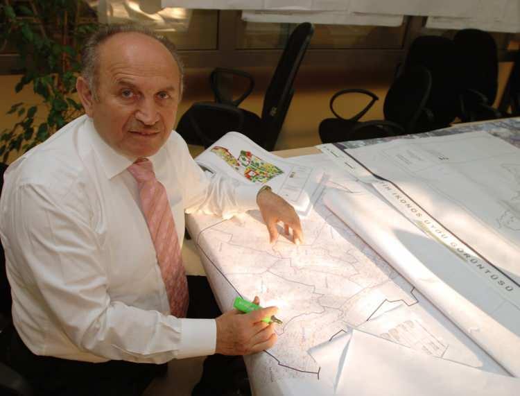 <p><strong>Bir süre serbest mimar olarak çalıştı.</strong><br /> <br /> Kültür Bakanlığı İstanbul 1 Numaralı Kültür Varlıkları Koruma ve Anıtlar Kurulu Başkan Yardımcılığı görevini yürüttü.</p>