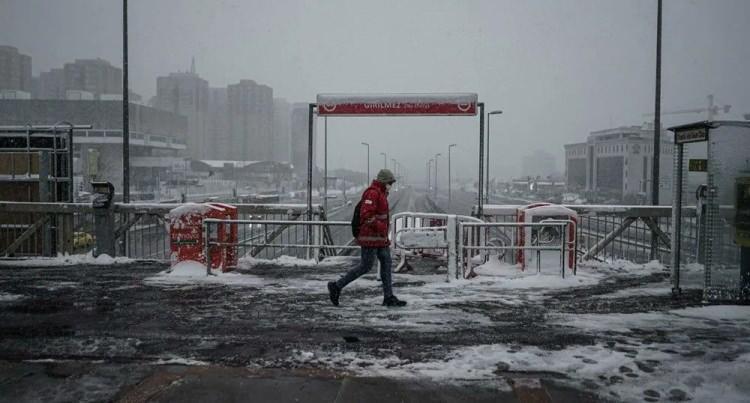 <p>İstanbul'da dün bazı ilçelerde akşam saatlerinde başlayan kar yağışı kent genelinde etkisini sürdürüyor.</p>  <p>Bazı bölgelerde tipi şeklinde görülen kar yağışının kent genelinde hakim olduğu İstanbul beyaza büründü.</p>