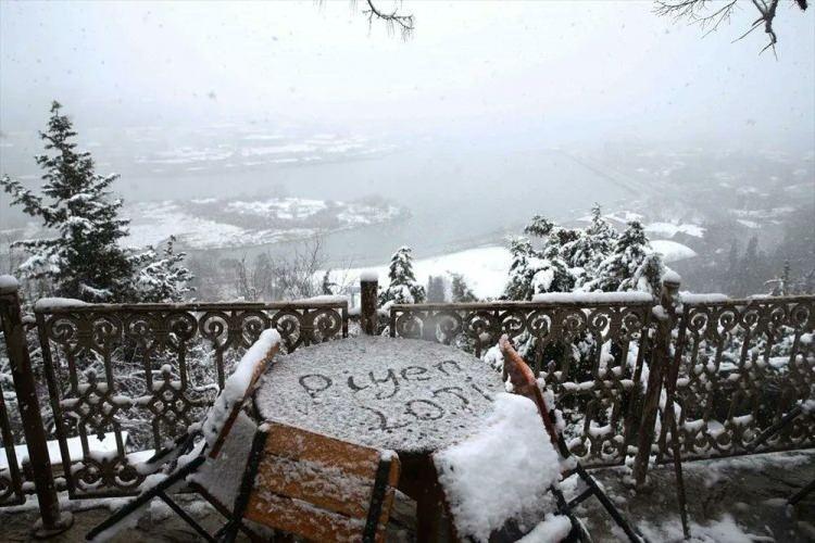 <p>Görüş mesafesinin olumsuz etkilendiği İstanbul Boğazı'nda ise kar yağışı güzel görüntüler oluşturdu.</p>  <p>Kentte birçok bölgede çatılarda, parklarda, ağaçlık alanlarda ve yol kenarlarında beyaz örtü oluştu.</p>