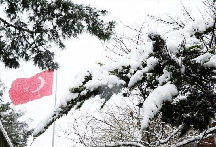 <p>Yağış sonrası Tarihi Yarımada, Taksim Meydanı, İstiklal Caddesi, Beşiktaş, Ortaköy, Bebek ve Emirgan sahil şeritleri de beyaza büründü.</p>  <p>Sultanahmet Meydanı ile Ayasofya-i Kebir Cami-i Şerifi çevresinde de kar yağışı etkili olurken, meydan ve çevresinde bazı turistlerin gezdiği görüldü.</p>