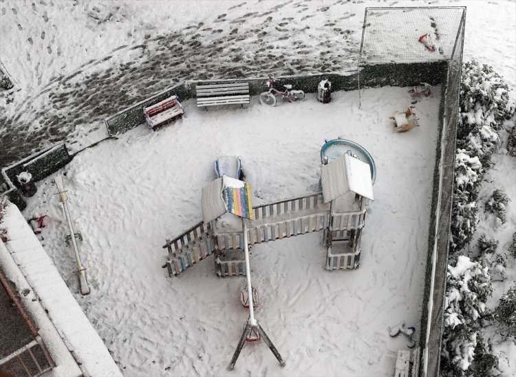 <p>Yağışların; Marmara ile Batı Karadeniz'de yoğun kar (kıyılarda 5 ila 15 cm, iç kesimlerde 15-20, yüksek kesimlerde 20-30 cm) şeklinde olacağı tahmin edildiğinden kar yağışının meydana getireceği buzlanma ve don olayı ile ulaşımda aksamalar gibi olumsuzluklara karşı dikkat!</p>