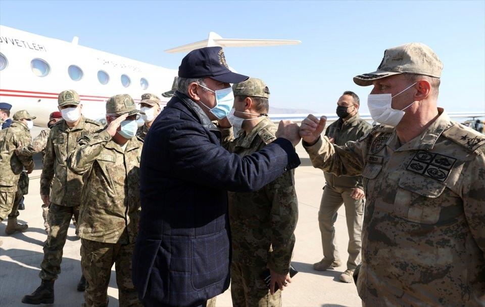 <p>Şerafettin Elçi Havalimanı'nda Vali Ali Hamza Pehlivan, 2. Ordu Komutanı Orgeneral Metin Gürak ve diğer yetkililer tarafından karşılanan Akar, beraberindeki komutanlarla sınır hattına gitti.</p>  <p></p>
