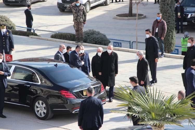 <p>Diyanet İşleri Başkanı Ali Erbaş'ın helallik istemesinin ardından Hafız Abdullah Nazırlı'nın cenazesi, toprağa verilmek üzere Harput Mezarlığı'na götürüldü.</p>