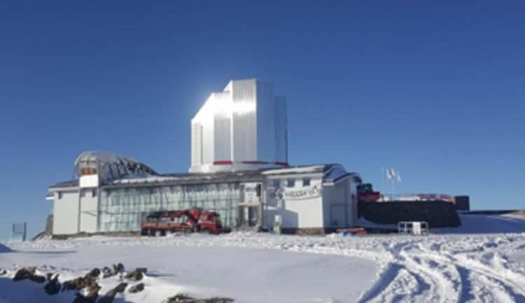 <p>TASARIM TÜRKİYE'DE YAPILDI</p>  <p></p>  <p>Gözlemevinde kullanılacak teleskobun tasarımı, Türkiye'de gerçekleştirildi. Parçalarının bir kısmı Belçika, bir kısmı da İtalya'da yapılan teleskobun ana kütlesi tamamlandı. Elektronik ve güvenlik testleri yapılan teleskop, yıl sonuna kadar hem İtalya hem de Belçika'dan yola çıkarılıp, kurulum için Erzurum'a getirilecek.</p>