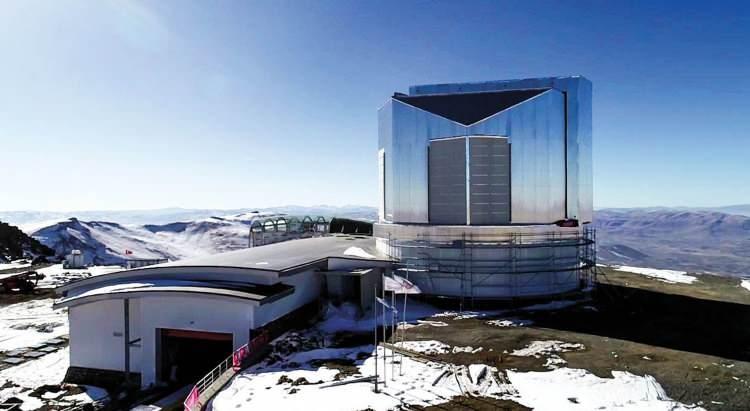 <p>Çalışmaların normal gitmesi halinde 2021 yazıyla birlikte kurulum sürecine başlanacak. Yüksek teknolojili DAG yerleşkesinde mekanik, elektronik, güvenlik, yazılım ve optik test süreçleri gözden geçirilecek. Yabancı ekip ve ekipmanın Erzurum'a zamanında ulaşmasının yanı sıra atmosferik koşullarının uygun olması halinde Doğu Anadolu Gözlemevi'ndeki teleskoptan ilk ışık, 2022 yılı başında alınacak.</p>