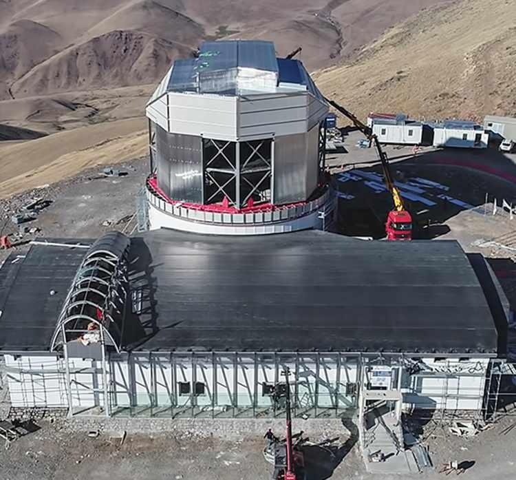 <p>Cumhurbaşkanı Recep Tayyip Erdoğan'ın Milli Uzay Tanıtım Programı'nda gündeme getirdiği, Türkiye'nin en büyük ve dünyada sınıfında tek optik ve kızılötesi teleskobu, 2022'de ilk ışığı alacak. Doğu Anadolu Gözlemevi'nin (DAG) yol dışındaki altyapısının yüzde 95'i ise tamamlandı. Kubbesinin yüzde 90'lık bölümü tamamlanan gözlemevinin, uzay bilimleri çalışmalarına büyük katkı sağlaması bekleniyor.</p>
